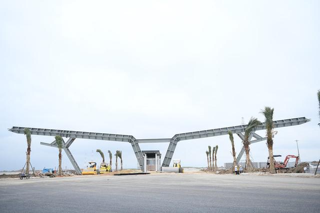 Đại công trường của Vinfast - dự án sản xuất xe ô tô của Vingroup - nổi bật nhờ cổng chữ V bằng thép rất lớn
