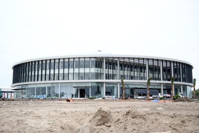 Nằm ở Km số 3 trên con đường vượt biển dài nhất Việt Nam, nối giữa cảng Lạch Chiếc và Khu kinh tế Đình Vũ - Cát Hải, đại công trường của Vinfast - dự án sản xuất xe ô tô tham vọng của Vingroup - nổi bật nhờ cổng chữ V bằng thép rất lớn. Hiện tại, cổng chính này chưa được sử dụng, mà các trang thiết bị sẽ được đưa vào công trường qua một cánh cồng khác, cách 500m, treo biển của nhà thầu chính Coteccons.